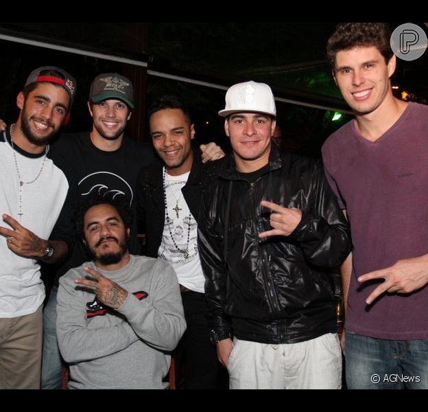 Thiago Martins e Pedro Scooby prestigiam evento de Eri Johnson. Bruno Rezende, Gustavo Leão e Marcelo D2 também estiveram na festa