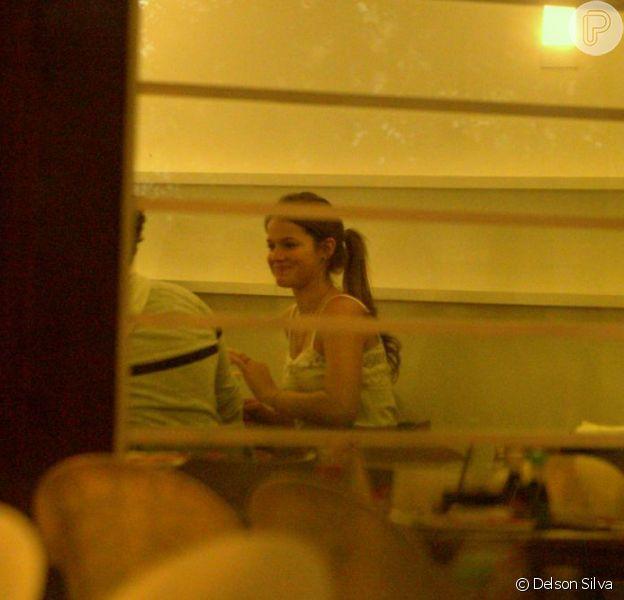 Bruna Marquezine se diverte em jantar com Tiago Abravanel, em 15 de agosto de 2013