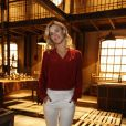 Carolina Dieckmann aposta na calça branca para participar da coletiva de imprensa de 'Joia Rara', próxima novela das seis