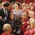 Pérola (Mel Maia) é apresentada aos monges como reencarnação do mestre Ananda Rinpoche, em 'Joia Rara'
