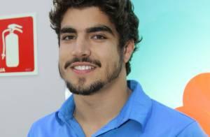 Caio Castro participa de evento de telefonia e causa alvoroço