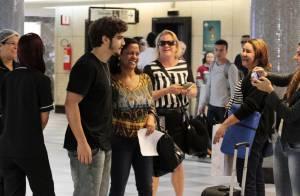 Caio Castro é tietado por fãs ao embarcar em aeroporto de São Paulo
