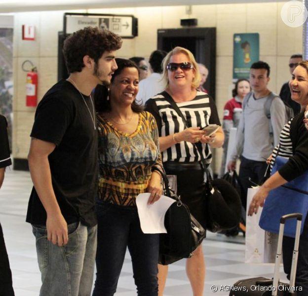 Caio Castro é tietado por fãs de todas as idades e sexos ao embarcar no aeroporto de Congonhas, em São Paulo, em 23 de agosto de 2013