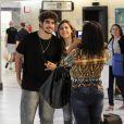 Caio Castro é paparicado por mães e filhas em aeroporto