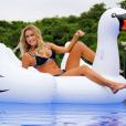 A esposa de Roberto Justus sempre usa modelos Islay Inspired em suas viagens, como esse preto e branco da sua marca Galeria do Bikini