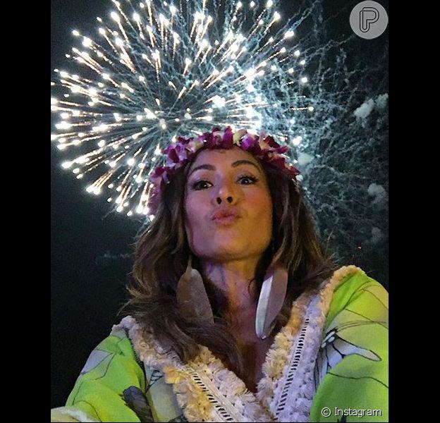 Sabrina Sato está passando o fim de ano na Tailândia com amigos, e por conta do fuso horário local, celebrou, na tarde desta quinta-feira, dia 31 de dezembro de 2015, a virada de ano.