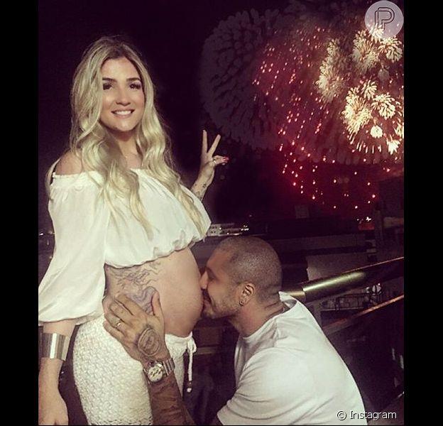 Fernando Medeiros postou uma foto de Aline Gotschalg com a barriga de seis meses de gravidez