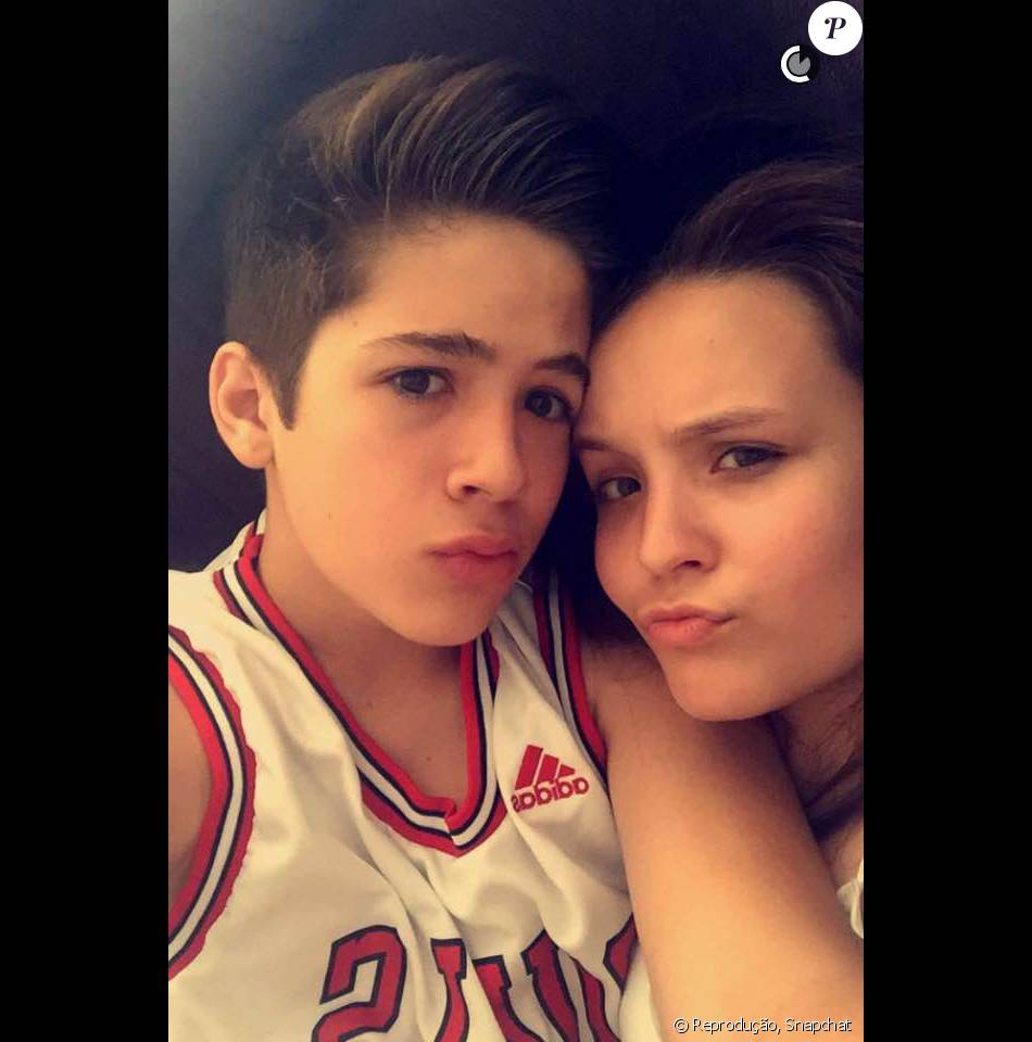 Larissa Manoela mostrou em seu Snapchat, um vídeo em que aparece ao lado de João Guilherme     enquanto esperava a comida ficar pronta, neste sábado, 2 de janeiro de 2016