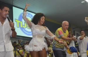 Juliana Alves exibe boa forma e samba no pé no aniversário da Unidos da Tijuca