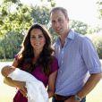 Kate Middleton posou para a foto ao lado de William e mostrou o rostinho do filho