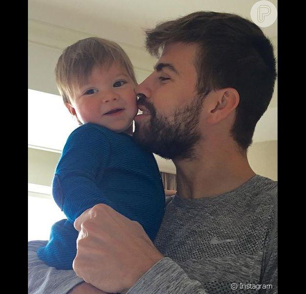 Shakira publicou, nesta segunda-feira, 4 de janeiro de 2016, uma foto superfofa onde o marido, Piqué, aparece dando um beijinho no filho caçula