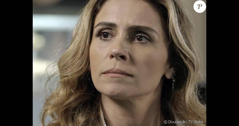 Atena (Giovanna Antonelli) invade o chá de panela de Toia (Vanessa Giácomo) e conta que Romero (Alexandre Nero) está traindo a noiva com ela, na novela 'A Regra do Jogo', em 19 de janeiro de 2016