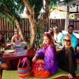 Marina Ruy Barbosa posou com a bolsa em almoço de família na ilha pernambucana