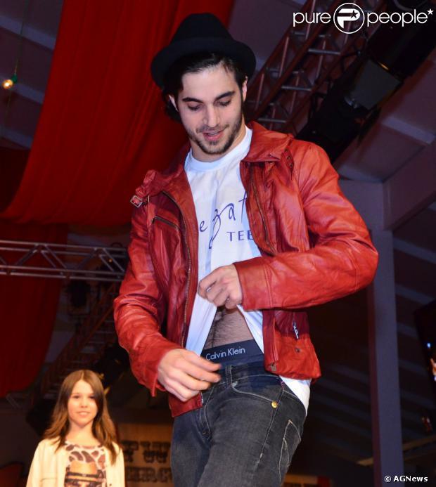 Fiuk levanta a camisa e deixa a cueca à mostra em desfile de moda infantil