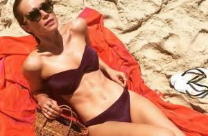 De biquíni, Mariana Ximenes exibe barriga seca em praia: 'Rio, seu lindo'