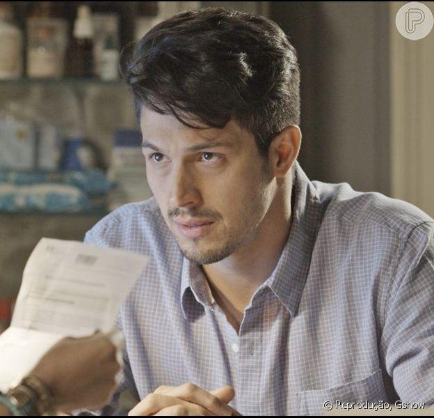 Roberto (Romulo Estrela) fica aliviado com o resultado do exame de DNA
