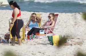 Fernanda Rodrigues e Tânia Mara curtem dia de praia com as filhas