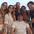 A participante do 'BBB 16' se diverte com amigos em dia de sol