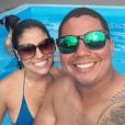 Munik curte dia de sol na piscina com amigos