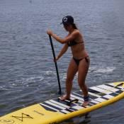 3 minutos com Laryssa Ayres: atriz se diverte em aula de surfe e stand up paddle