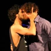 Felipe Roque, o Kim de 'A Regra do Jogo', beija outro homem em peça de teatro