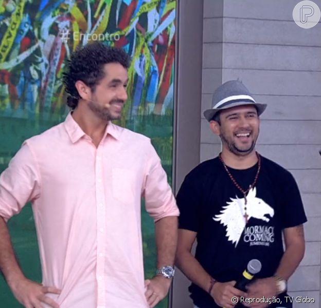 Felipe Andreoli e Márcio Victor, do Psirico, imitaram o cachorro que aparece dançando em vídeo na internet