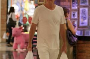 Pedro Bial vai às compras poucos dias antes da estreia do 'BBB16'. Veja fotos!