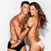 Cristiano Ronaldo e Alessandra Ambrósio posam agarrados em capa de revista