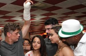 Fábio Assunção vai a ensaio na quadra do Salgueiro com o braço engessado. Fotos!