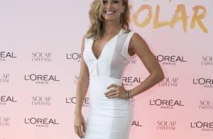 Grazi Massafera usa vestido branco e justinho na gravação de DVD de Thiaguinho