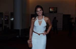 Bruna Marquezine usa vestido longo e decotado para show de Tiago Iorc. Fotos!