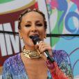 Cláudia Leitte abusou do decote em seu figurino no circuito Barra - Ondina no Carnaval 2012; a cantora colocou prótese de 175 ml de silicone nos seios em 2003