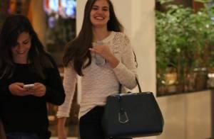 Camila Queiroz usa look despojado para jantar com amigas em shopping no Rio