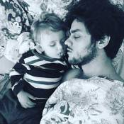 Felipe Simas posta foto dormindo com o filho Joaquim, de 1 ano e 8 meses: 'Anjo'