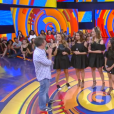 Claudia Leitte recebeu três fãs que usaram figurino idêntico ao som para um quadro do programa