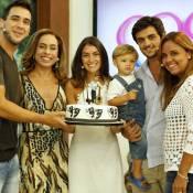 Felipe Simas é surpreendido pela mulher e filho na véspera do aniversário na TV