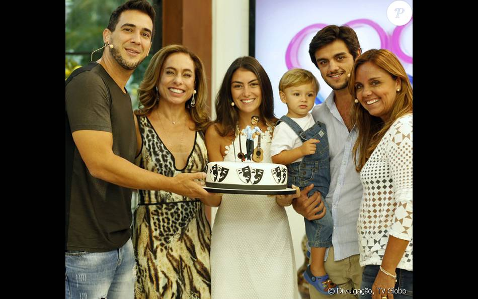 Felipe Simas ganhou festa de aniversário antecipada e visita da mulher, Mariana Uhlmann, do filho, Joaquim, e da mãe, Ana Sang, no 'Mais Você' desta segunda-feira, 25 de janeiro de 2016