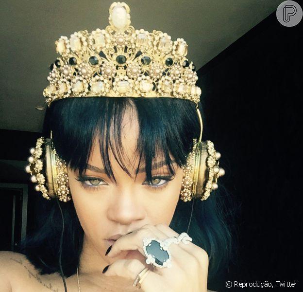 Rihanna usa fones de ouvido com coroa, de ouro e cristais, avaliada em R$ 36 mil