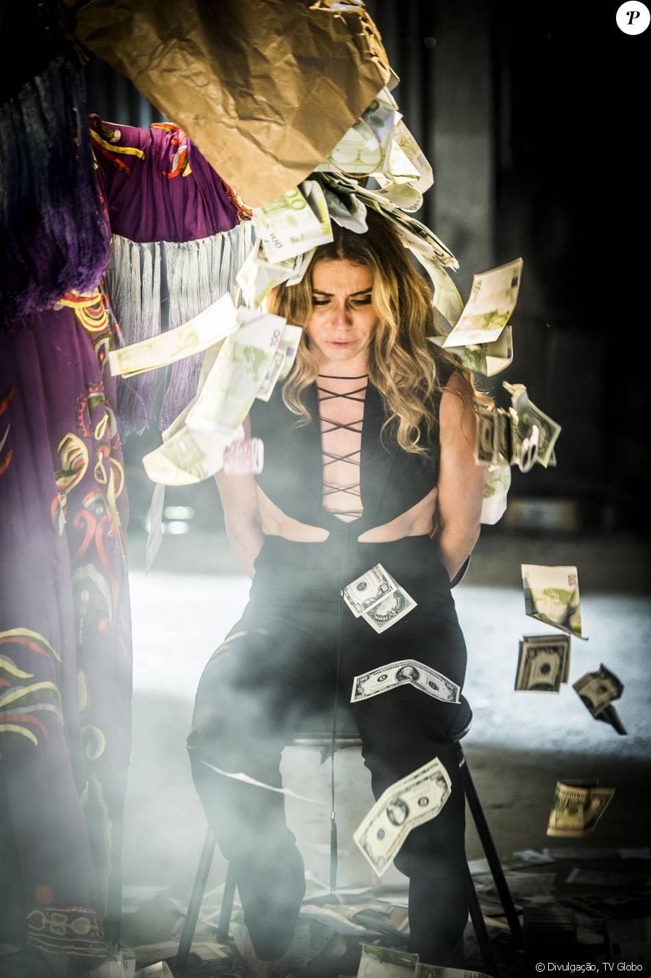 Atena (Giovanna Antonelli) é saqueada e torturada por Victor (João Baldasserini), Sumara (Karine Teles) e suas outras vítimas, na novela 'A Regra do Jogo', em 26 de janeiro de 2016