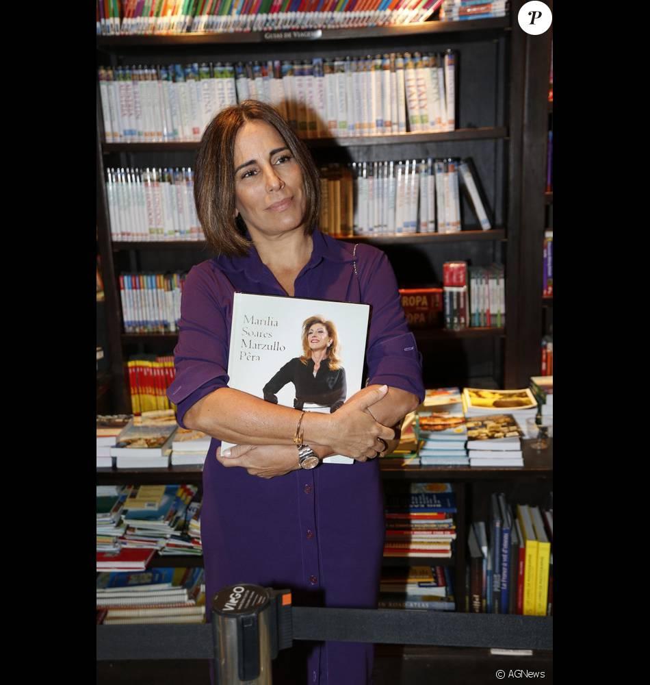 Gloria Pires vai ao lançamento de biografia de Marília Pêra, no Rio de Janeiro