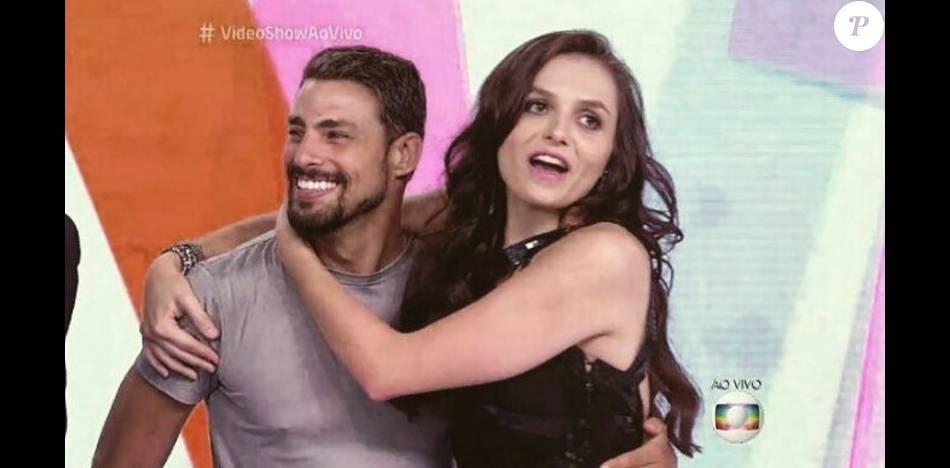 Monica Iozzi dá chupão em Cauã Reymond durante o 'Vídeo Show'. Situação aconteceu na tarde desta terça-feira, 26 de janeiro de 2016