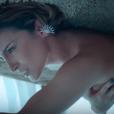Claudia Leitte sensualiza no clipe da música 'Corazón' e exibe boa forma em figurino sexy
