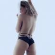 Claudia Leitte também aparece de fio-dental e em pose parecida com a que Paolla Oliveira fez na série 'Felizes para Sempre', no clipe da música 'Corazón'