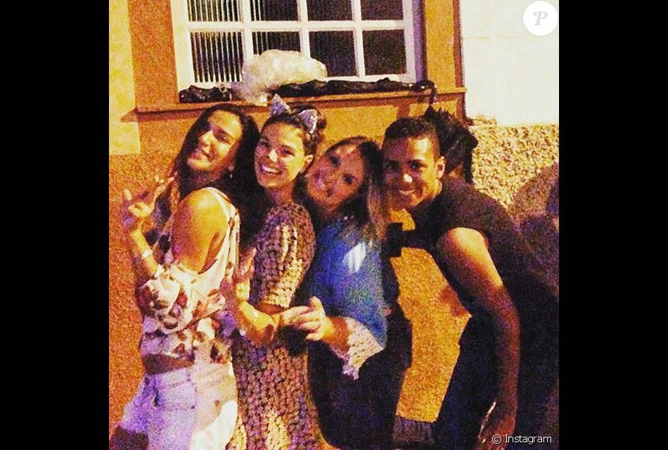 Isis Valverde se diverte no Carnaval com amigos em Carnaval de Minas Gerais
