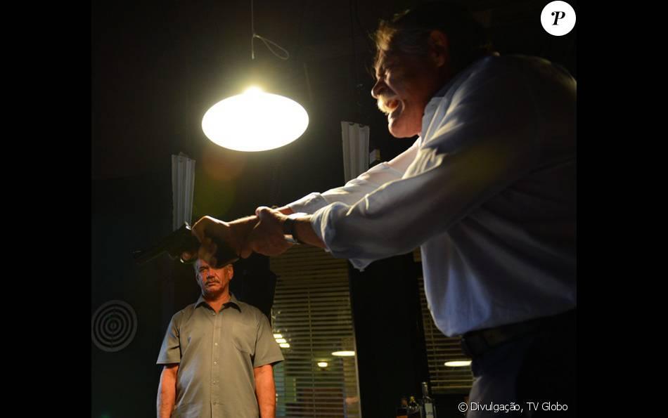 Gibson (José de Abreu) tortura Romero (Alexandre Nero) com roleta-russa, na novela 'A Regra do Jogo', a partir de 2 de fevereiro de 2016