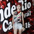 Julianne Trevisol usou shortinho jeans na feijoada da Grande Rio