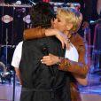 Xuxa beija Junno Andrade durante gravação do 'TV Xuxa'