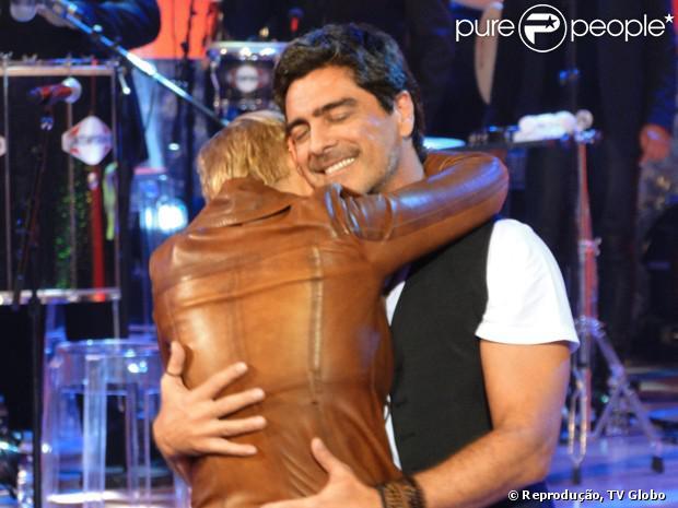 Xuxa e Junno Andrade se abraçam durante gravação do 'TV Xuxa', em 10 de setembro de 2013