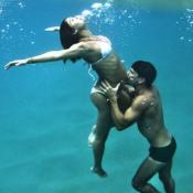 Daniel de Oliveira beija barrigão de grávida de Sophie Charlotte em foto no mar