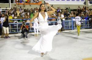 Carnaval: Luiza Brunet, rainha das rainhas, brilha na Sapucaí com look decotado